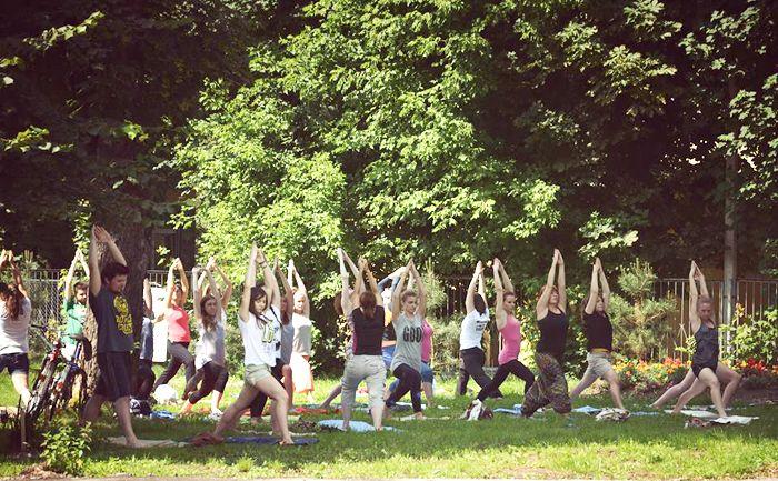 """Bacha Sport, sponsor akcji """"Joga w Ogrodzie"""" zaprasza co niedzielę do nowohuckiego ogrodu na bezpłatne zajęcia """"Joga w Ogrodzie"""" http://bachasport.pl/wiadomosci/276-wspieramy-akcj%C4%99-joga-w-ogrodzie"""
