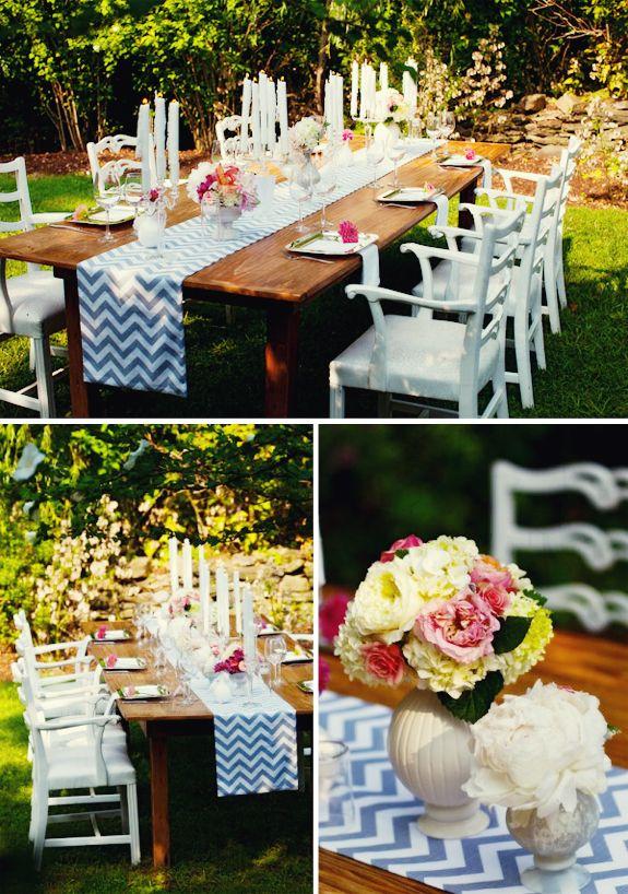 Kaarsen, kleed, bloemen, servies, tafel+stoelen