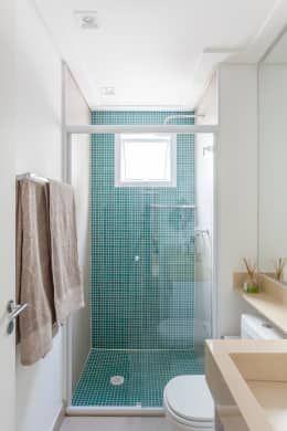 Quem disse que banheiros pequenos devem ser menos do que maravilhosos? Confira muitas inspirações https://www.homify.com.br/livros_de_ideias/2803638