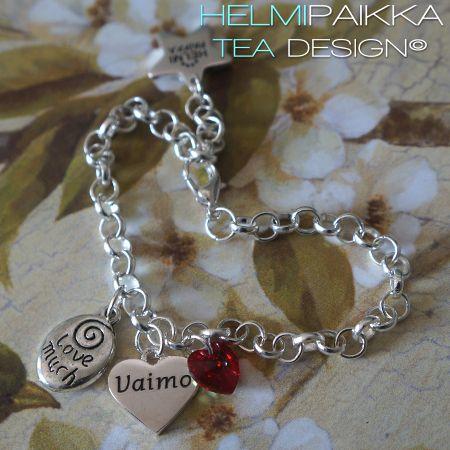 Amulettirannekoru love much ja kristalli Punainen AB Swarovskin kristalli Vaimo sydänamuletti Tilaa ihanuus täältä: http://www.helmipaikka.fi/tuotteet.html?id=20641/3302