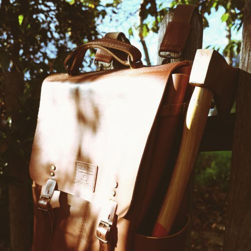 (ENG) - In a world where more and more we need to escape the urban bustle, the contact with nature is an essential element. To set off to discover, be it a walk or camping in the woods, we need the appropriate equipment. The Candeeiros backpack, made fully in vegetable tanned leather, is a key accessory to carry everything you need, from a compass, axe and provisions. Enjoy your adventure! // (PT) - Num mundo onde cada vez mais precisamos de escapar da agitação urbana, o contacto com a…