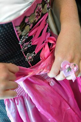The Dirndl bow and it's importance - auf Deutsch