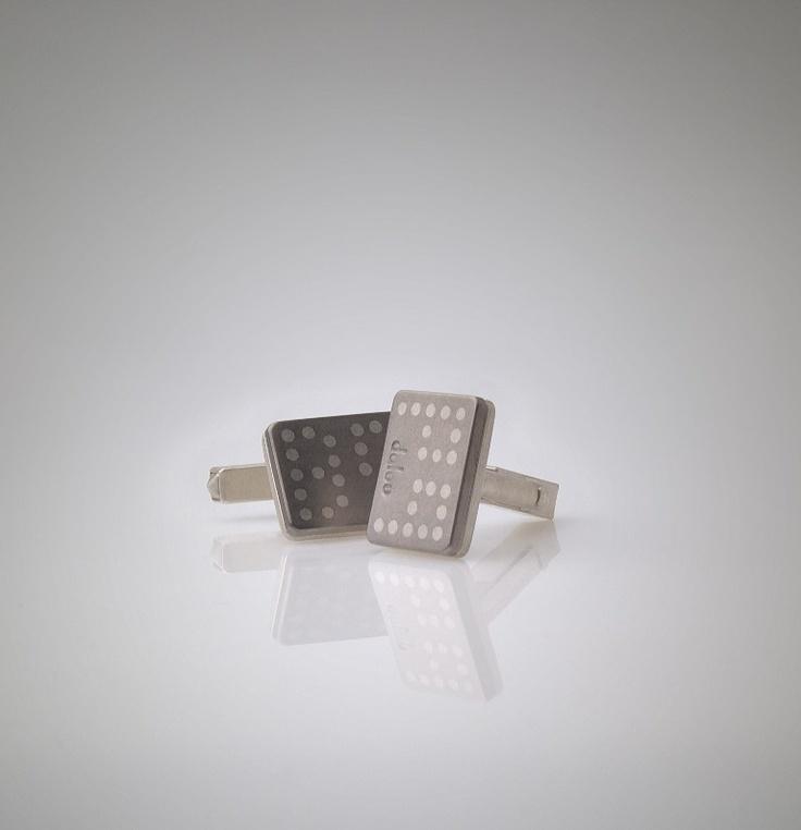 MANŽETROVÉ KNOFLÍKY, vzniklé k příležitosti svatby, s iniciály nevěsty a ženicha - stříbro, titan