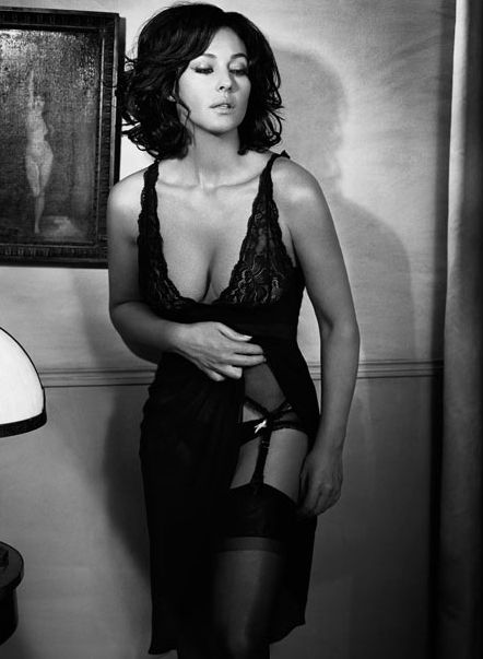 Republic of Angola (Xyami): Top Ten Sexy Women Over 40 years old - 1. Monica Belucci, 44. - 2. Halle Berry, 42. - 3. Kylie Minogue, 40. - 4. Michelle Pfeiffer, 50. - thedailydust.co.uk