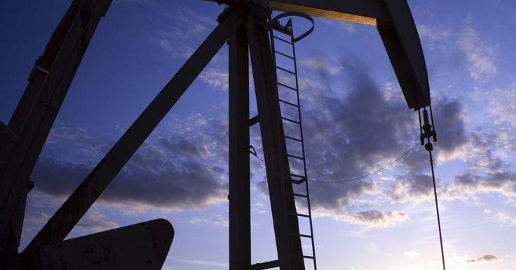 ¿Cómo funcionan las bombas de varilla para extracción petrolera?. Cuando se cava un pozo petrolero, normalmente hay suficiente presión para llevar el petróleo hacia la superficie. Sin embargo, con el tiempo, la liberación de gas y petróleo en la trampa reducen la presión subterránea. Cuando esto sucede, se requiere una plataforma de perforación para llevar el petróleo a la superficie. La plataforma petrolera es ...