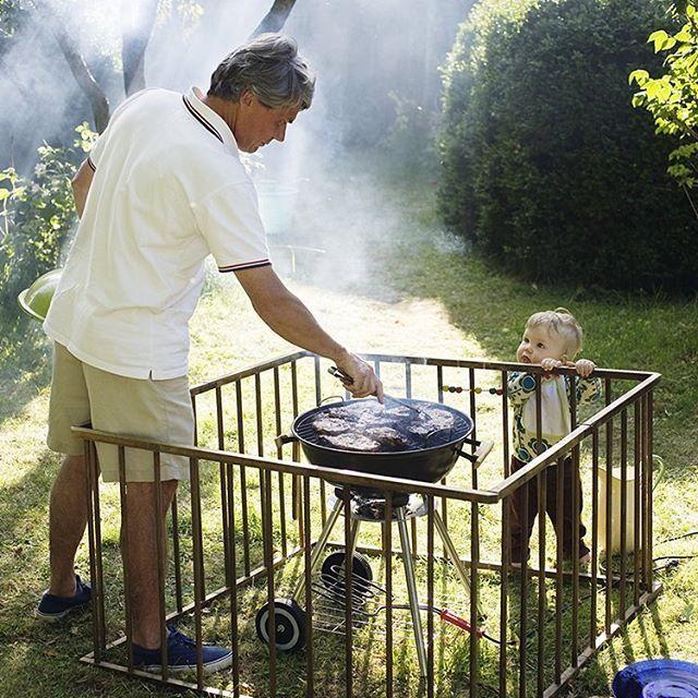 Hallå där! Glöm inte bort att även barnvakta din grill i sommar för att undvika olyckor. Du hittar fler säkra grilltips på icaforsakring.se. #grillasäkert #grill #barnsäker #barnsäkerhet #grillalugnt
