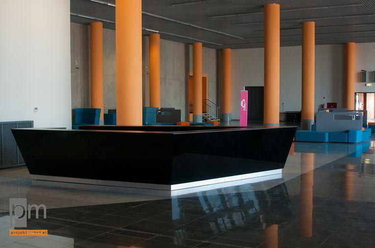 Szklany front lady , lada mobilna można ją umieścić w dowolnym miejscu sali http://www.projektmebel.pl/realizacje/ec1