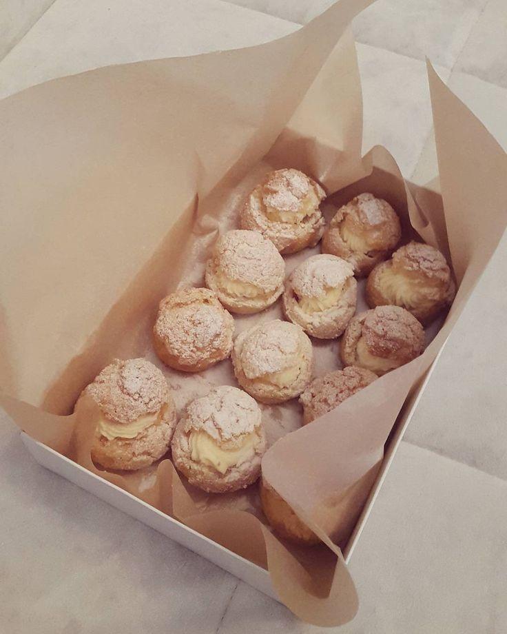 А начнем мы конечно же с Франции - родины наивкуснейших десертов! Эти маленькие французы -  пирожные Шу с хрустящей шубкой  нежным сливочным  кремом и домашним клубничным мармеладом отправились к прекрасной @Simplkindoflife в день рождения! P.s. чтобы попробовать наши десерты Вам надо просто написать нам и я все вам расскажу #сладостиназаказ #пекудома #домашняякондитерская #франция #французскийдесерт #France #candy #Paris #yummy #craft #путешествия #гастротуризм by knopf_craftkitchen