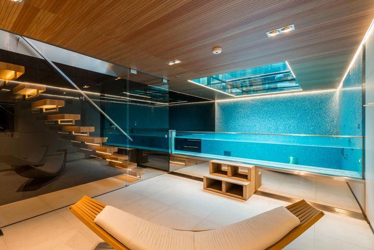 Une piscine sous vos pieds et beaucoup, beaucoup de luxe? Vous pouvez retrouver cela dans cette maison à Londres. #pool #luxuryhome #luxurylifestyle#villa #poolside #milliondollarlisting #contemporary#modernhome #design