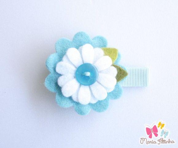 Presilha - Bico de Pato - Flor de Feltro - Azul e Branco  Uma delicada flor de feltro enfeita esse acessório super charmoso, que tem como base a presilha bico de pato, encapada com fita de gorgurão. Um mimo, não?  Medidas: Flor: 5 cm de diâmetro Base Bico de Pato: L: 1,5 cm - A: 1 cm - C: 5 cm R$ 5,00