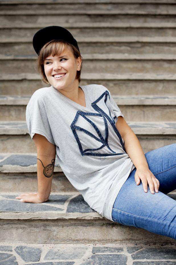 T-skjorta med ett hjärta av jeanssömmar. Instruktioner för hur du gör hittar du här: http://martha.fi/svenska/ekologi/garderoben/topp3/