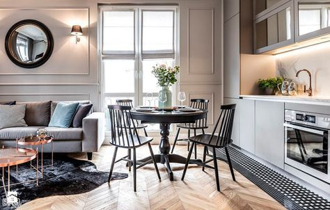 Совмещенный интерьер кухни и гостиной комнаты в квартире SAS Wnętrza i Kuchnie