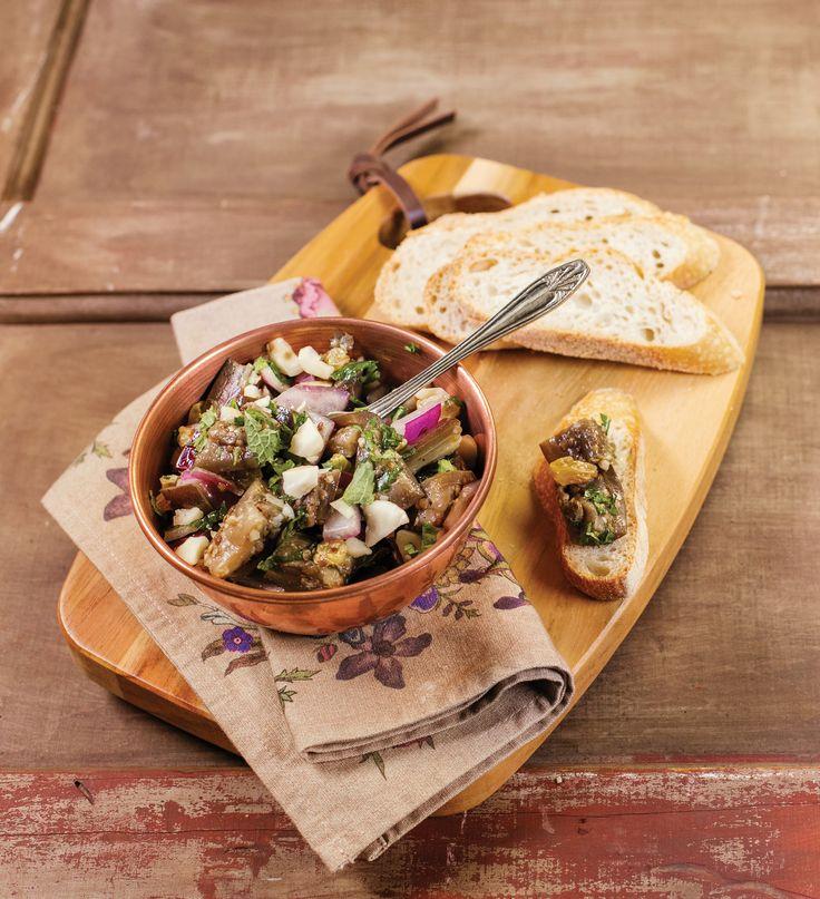 Salada de berinjela com castanha-do-pará, uva-passa e hortelã | Receita Panelinha: A berinjela cozida fica mais macia e contrasta com a crocância das castanhas. As folhas de hortelã dão o toque de frescor. Texturas e sabores diferentes dão o tom desta salada. E não é que ela fica com jeitão de aperitivo?
