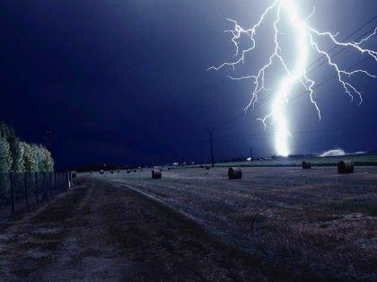 L'été revient, et avec lui la tendance à un temps chaud et lourd. Celui où l'on voit se former dans le ciel de gros nuages dénommés cumulonimbus, synonymes de l'imminence de l'orage.Quand l'orage éclate, mieux vaut être à l'abri, car ce phénomène, même s'il est généralement de courte durée, survient avec son lot d'averses, de grêle, de vents violents, mais aussi et surtout d'impressionnantes décharges électriques accompagnées d'éclairs.Le mieux encore e...