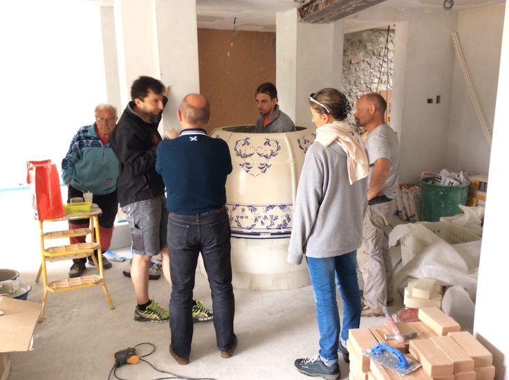 In montaggio di una stufa crea sempre molta curiosità.  #stufecollizzolli #stufe #handmade #madeinitaly #fattoamano #artigianato #design #italy #arte #qualità #home #casa #arredamento #arredamentocasa #interiordesign #designhome #processoartigianale #ceramica #ceramicart #maiolica #argilla #kachelofen #cotturainforno #pittura #incisioni #rilievi #decorazioni #trentino #bolbeno