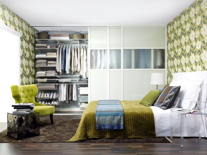 Большой шкаф-купе с белой дверью в спальне фото