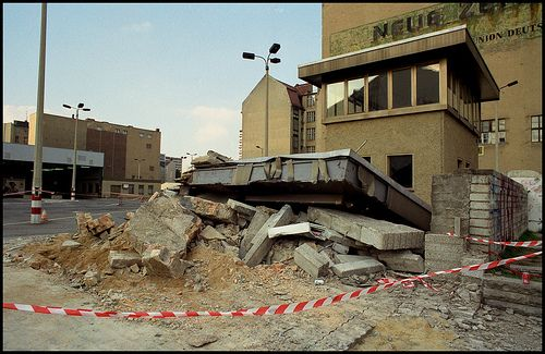 Neue Zeit | Demolition of the border at Checkpoint Charlie, … | Flickr