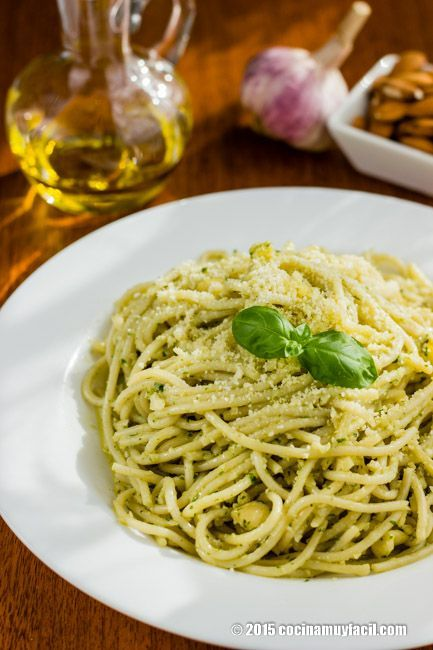 Recipe fro Spaghetti with basil almond pesto. With photographs, tips and suggestions for tasting. Italian pasta recipes