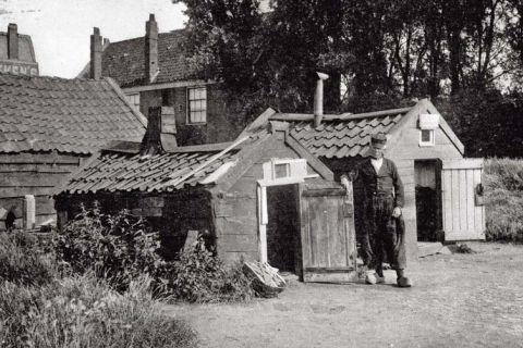 Volendammer vissershut, Amsterdam‑Noord  (nu in het Openluchtmuseum Arnhem) Deze hut werd als overnachtingsplaats gebruikt door Volendammer palingleurders (verkopers). De hut heeft een bedstede en een schoorsteen. Meubilair was er niet, men zat gehurkt op de vloer. De bewoners waren oudere, vaak invalide vissers en jongens die in Amsterdam vis verkochten. Tot 1918 stonden aan het IJ ongeveer dertig van dit soort hutten. In dat jaar werden ze onbewoonbaar verklaard.