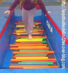 Parcours sensoriel: marcher sur des bâtons cylindriques