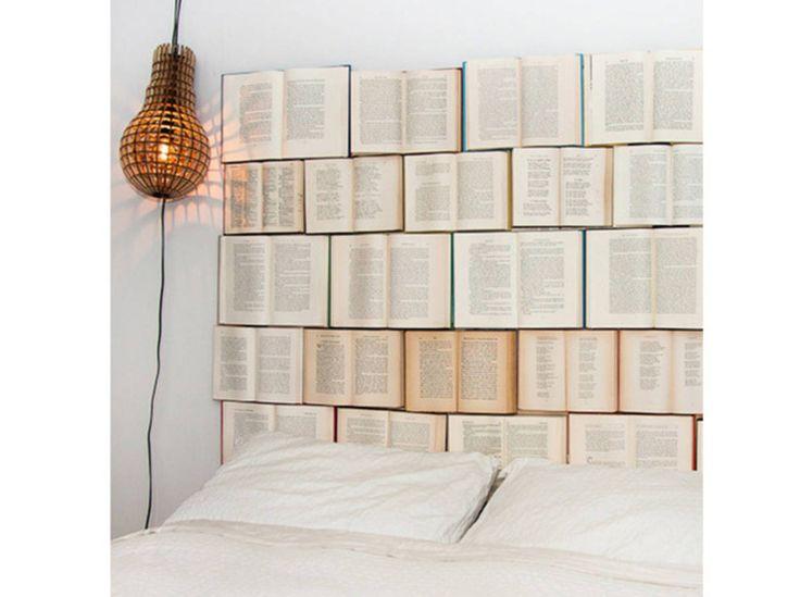 Des livres en tête de lit