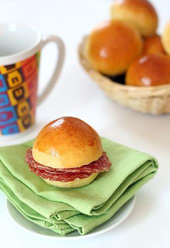 Eh, lo so... ancora panini, ma sono la mia passione !! Qualunque tipo, da hamburger, all'olio, dolci, o piccini, piccini da buffet, come que...
