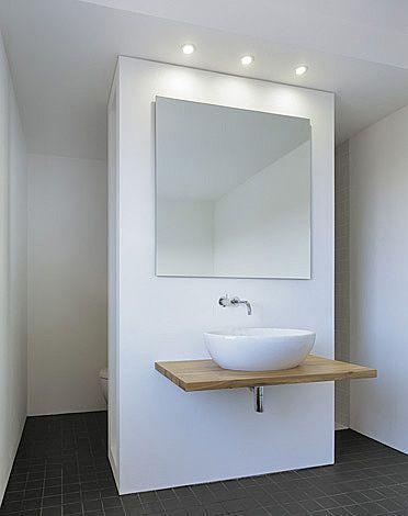 Cleveres Bad, eine teilweise Trennwand verbirgt das