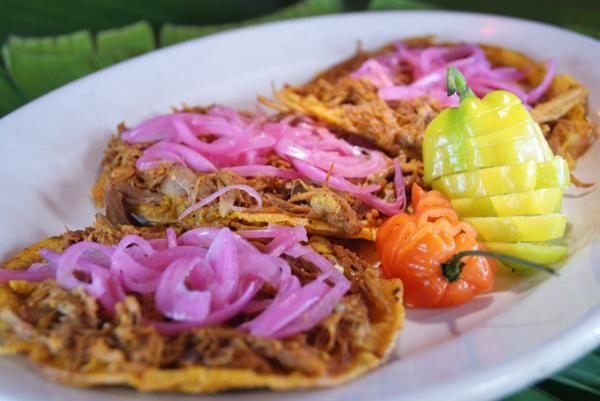 La cochinita pibil es una receta típica de la región mexicana de Yucatán. Para que aprendas a hacerla en la olla exprés y todavía tardes menos tiempo en preparar est...