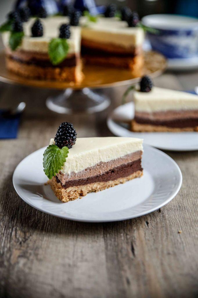 Choklad gånger tre! Detta är verkligen något för chokladälskaren!!! Denna cheesecake är perfekt att förbereda dagen innan, och som en variant kan du även servera den i t.ex. glas, det skulle nog se riktigt fräsigt ut! Jag använde en riktigt mörk choklad, en mjölkchoklad och en vit choklad för att få till en lite rolig […]
