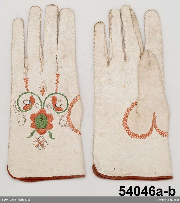 1 par handskar av vitt skinn. kantade med pssepoal av brunrött sämskinn.