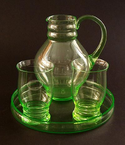 Botterweg Auctions Amsterdam > Annagroen glazen waterstel, schenkkan en twee bekers op annagroen glazen onderschotel, ontwerp A.D.Copier 1923, uitvoering Glasfabriek Leerdam