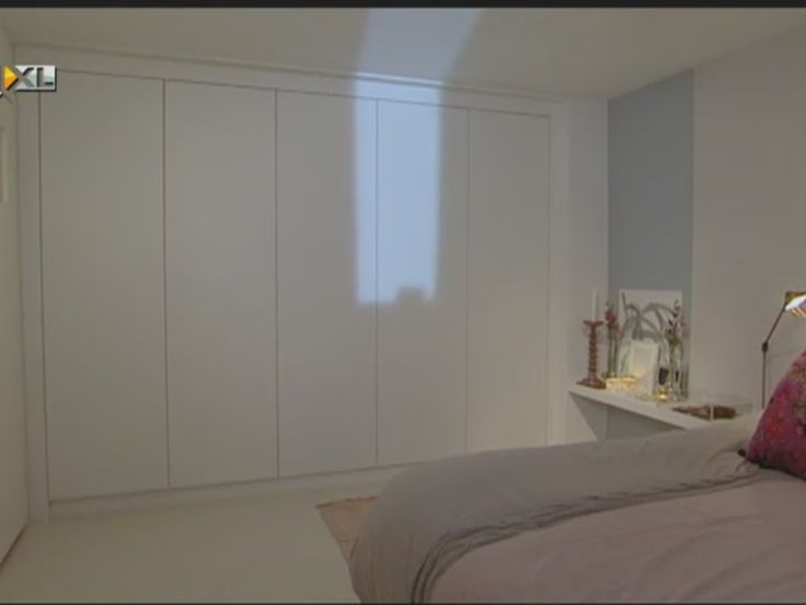 Rustige strakke greeploze kastenwand voor in de slaapkamer. Ontwerp en styling door Piet Boon en Karin