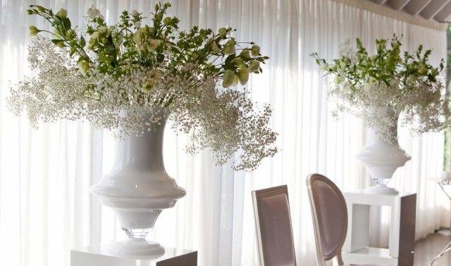 witte grote vazen als met witte bloemen,pinned by Ton van der Veer