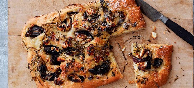Foccacia er et lækkert, italiensk brød med masser af smag. Denne udgave er med rødløg, gedeost og rosmarin. Se opskriften.