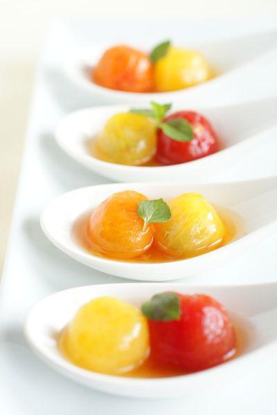 ★材料  (4人分)  ミニトマト(できれば何色かあわせて)  8個  はちみつ  小さじ1  レモン汁  小さじ1/2~1  ★作り方  (5~15分)  1.  お湯を沸かして、トマトを熱湯にくぐらせて、冷水に取り、皮を剥く。  2.  はちみつとレモン汁を混ぜ合わせて、1のトマトを和えて冷蔵庫で冷やして完成。  ★ワンポイントアドバイス  トマトの皮を剥いたほうが味が馴染んで美味しいので、一手間かけて剥いてあげてください