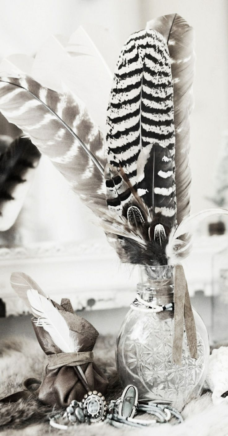 ☆ feathers in vintage vase - HOW INCREDIBLY GORGEOUS & A SUPERB IDEA, IF ONE DOESN'T HAVE ANY FLOWERS ON HAND!!