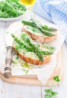 Bruschette agli asparagi http://www.gustissimo.it/ricette/bruschette-crostini/bruschette-agli-asparagi.htm