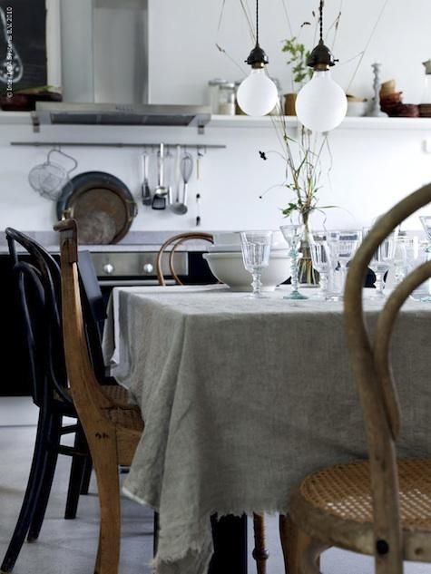 dining-rooms-light-wood-natural-white-dining-chairs-dining-tables-tablecloths-tablescapes