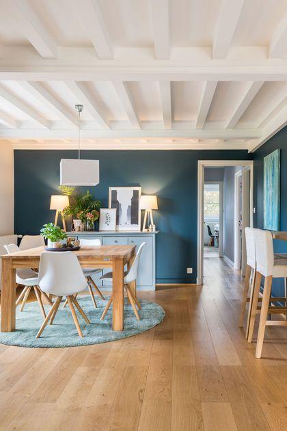 Salon chaleureux et convivial avec un joli contraste entre le bois