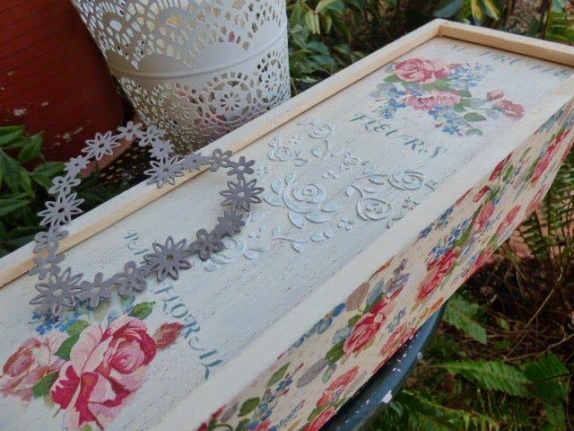 Decoupage y stencils pintados y en relieve