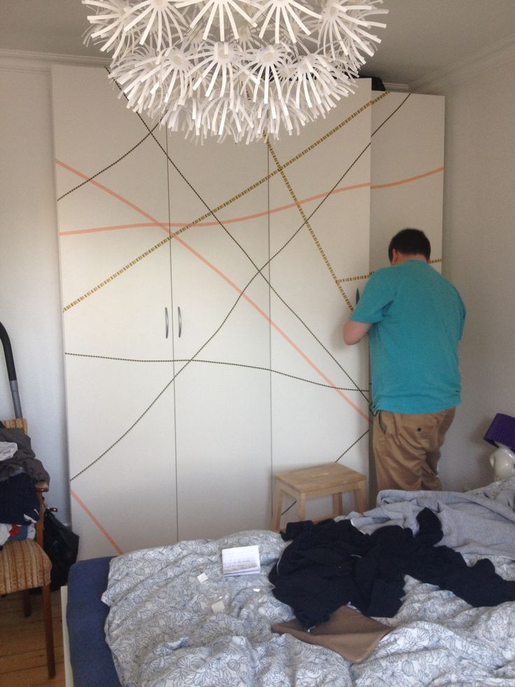 Using maskingtape to put som colour on our closets. The plan is to get even more different colours, especially some that are darker.