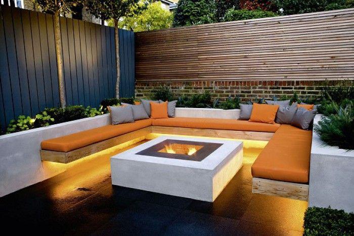 Moderner Garten mit moderner Lounge Ecke, Feuerstelle und gemütlichem Licht
