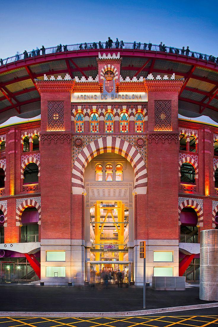 Antigua plaza de toros Las Arenas de Barcelona.1900.Fue construida en la Plaza de España, con el tradicional estilo neomudéjar, por el arquitecto August Font i Carreras. Con capacidad para 14.893 personas, constaba de tendidos, gradas cubiertas de sol y sombra y, en un piso superior, 52 palcos y asientos de andanada. En la actualidad es el  Centro comercial de las Arenas.Un atentado en toda regla