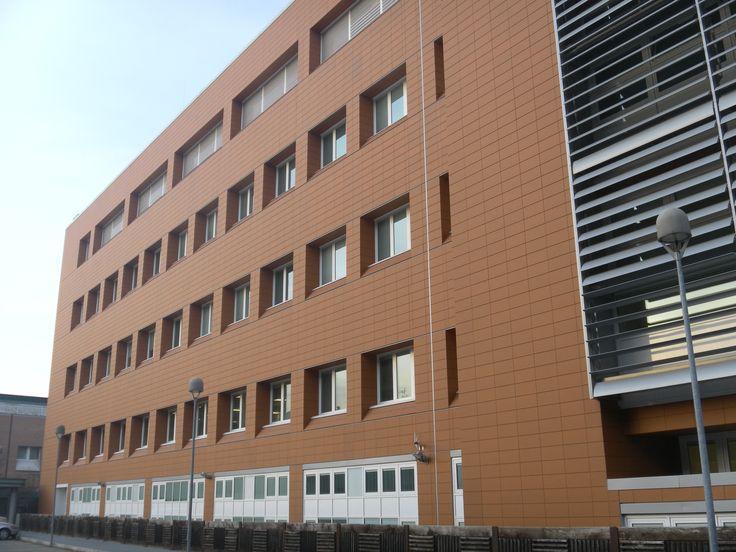 PS Ospedale Policlinico Sant'Orsola nel Bologna, Emilia-Romagna. Rifacimento facciata ventilata con lastre in gres estruso e alluminio.