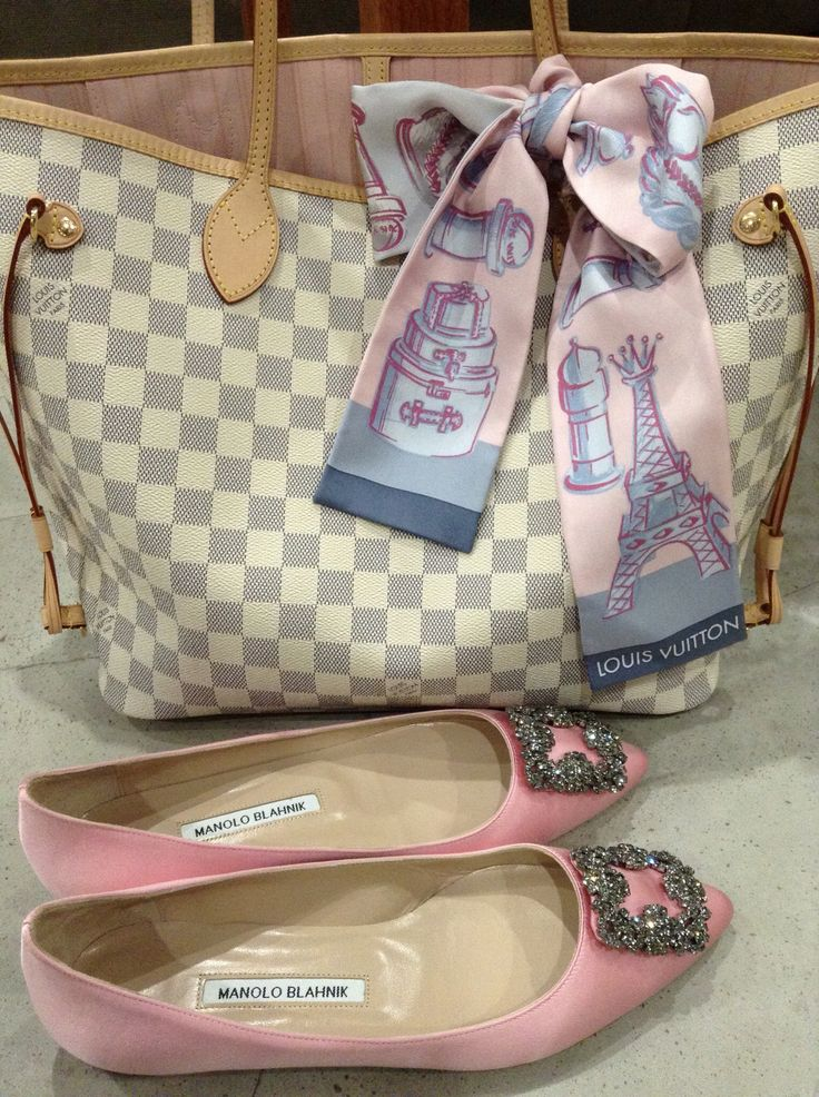 Manolo hangisi pink flats, Louis Vuitton neverfull mm, rose Ballerine neverfull, Louis Vuitton Damier azur neverfull mm, pink manolos, pink hangisi, Louis Vuitton chess bandeau, pink accessories