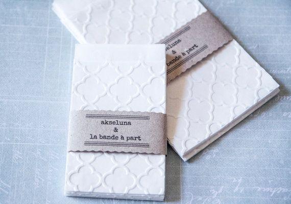 """Pochettes, sachets cadeau papier blanc embossé """"trèfle"""" lot de 10 dim. 6,3cm x 9,3cm plus le rabat"""