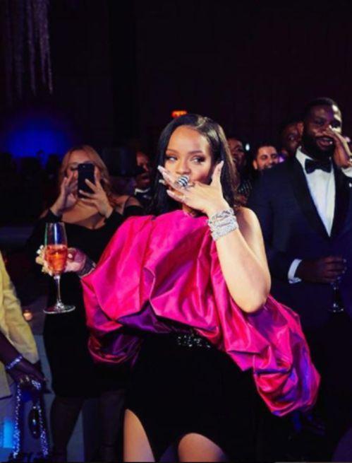 Rihanna en robe boule Saint Laurent pour fêter ses 30 ans | Vogue