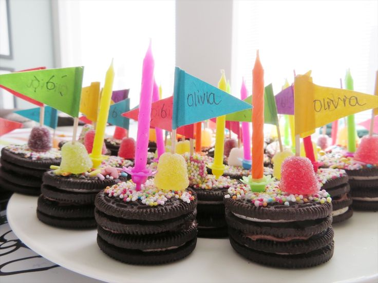 Trakteren taartjes van Oreo. 2 Oreo koekjes op elkaar, beetje chocopasta zodat de koekje plakken, glazuur voor de bovenkant versier met snoepjes steek er een vlaggetje en/kaarsje in! Makkelijk en eenvoudig. Feestje om uit te delen ❤️
