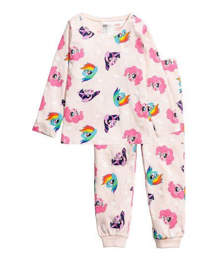 Sjekk ut dette! En pyjamas med langermet topp og bukse i myk bomullstrikot. Toppen har trykt motiv foran. Bukse med trykt mønster, elastikk i midjen og vrangbord nederst på bena. - Besøk hm.com for å se mer.