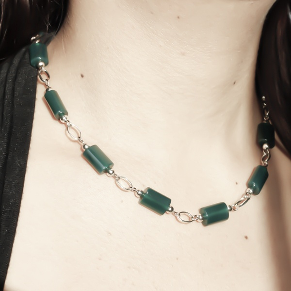 Gorgeous green eliptical stone beads add extra elegance to this stunningly beautiful  necklace.